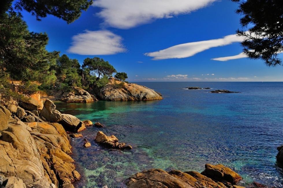 شهر تاریخی با سواحل شنی و آب پاک در اسپانیا