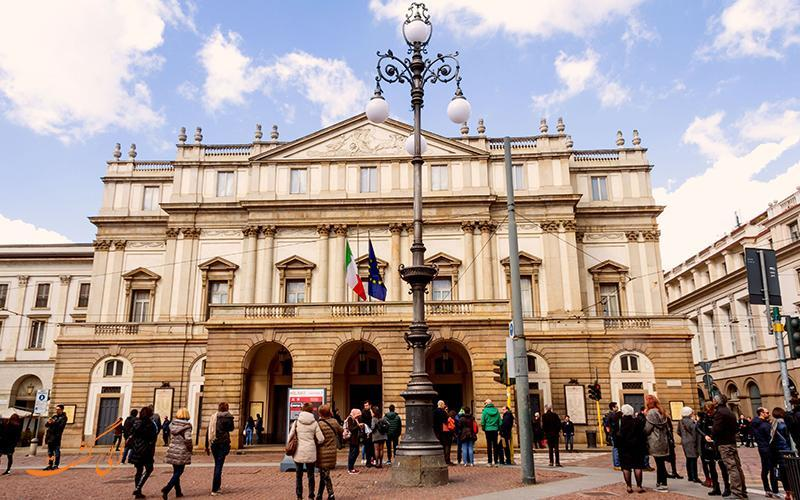 لا اسکالا، سالن باشکوه اپرای شهر میلان برای تماشای نمایش