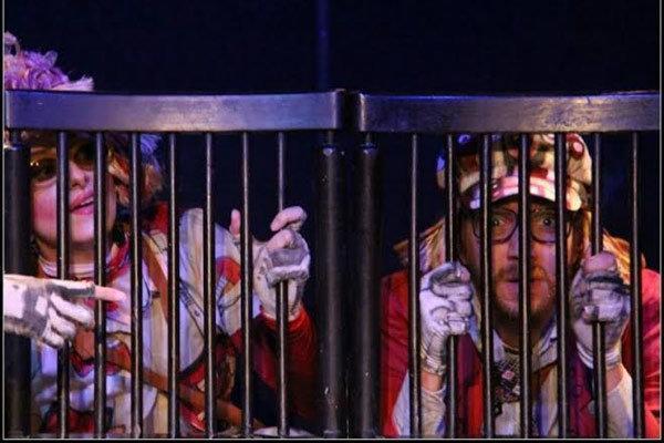 نمایش صندلی ها در تئاتر باران روی صحنه می رود