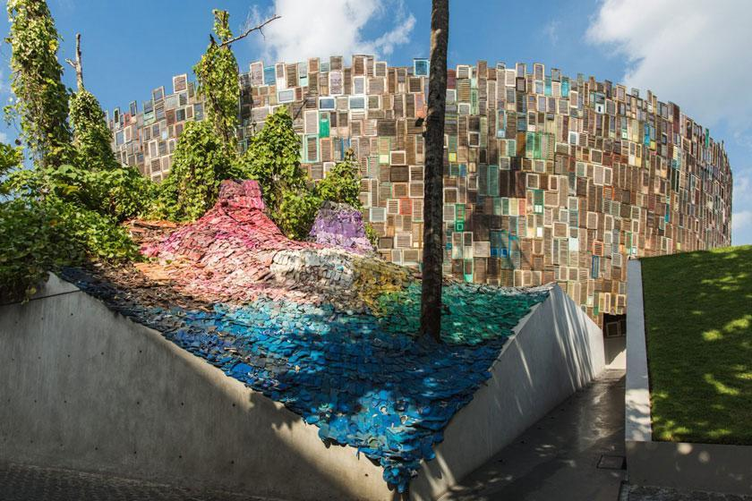 رنگین کمانی از دمپایی های رها شده در ساحل به بهانه نجات اقیانوس بالی
