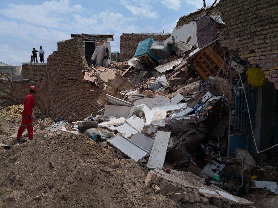 ریزش یک ساختمان در خیابان دماوند تهران ، سگ های زنده یاب در حال جست وجو