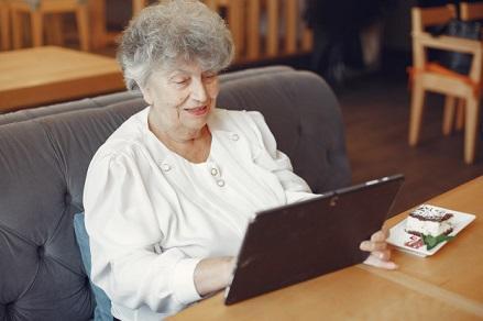 دردسر انتشار عکس در فیس بوک برای مادربزرگ هلندی