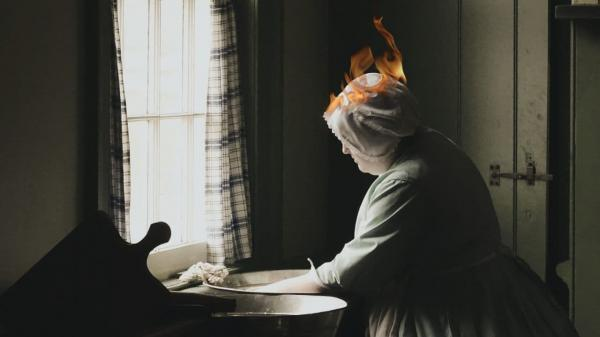 آتش گرفتن موهای یک زن در آشپزخانه!